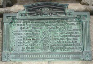 Placa do monumento onde se citan aos fusilados