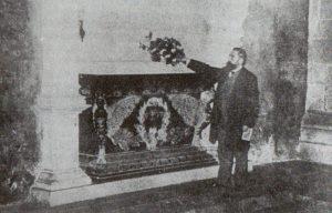 Curros diante da tumba de Rosalía