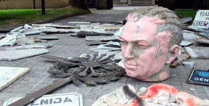 Símbolos franquistas ante a sede do goberno galego